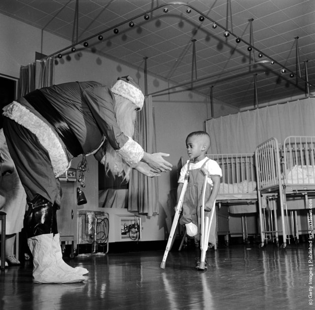 1950: Father Christmas visiting a ward in New York's Orthopaedic Hospital