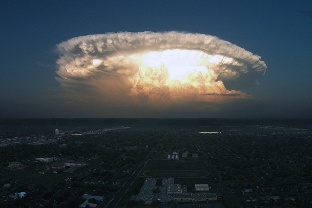 A huge supercell dominates the Texas skyline like an atomic bomb explosion on April 11, 2015 in Lubbock, Texas. A huge supercell dominates the Texas skyline like an atomic bomb explosion. These incredible images were taken on April 11th, by photographer Darin Kuntz who has spent in his entire life in so-called Tornado Alley. And Darin confirmed that he snapped the storm standing in his backyard in Lubbock, Texas. (Photo by Darin Kuntz/Barcroft Media)