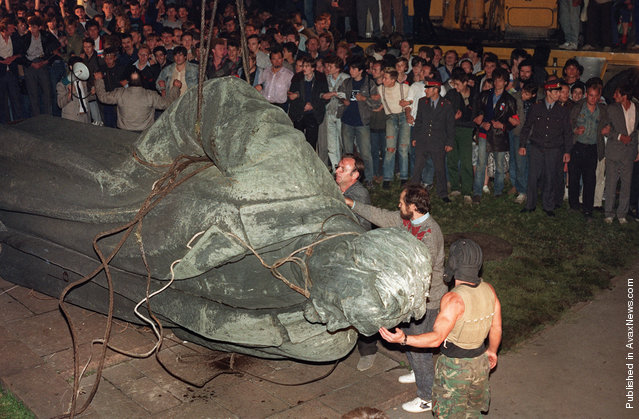 A crowd watches the statue of KGB founder Dzerzhinsky being toppled in Lubyanskaya Square in Moscow, on August 22, 1991