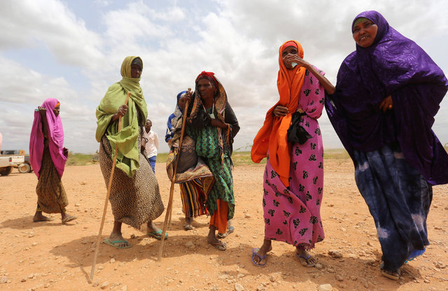 Internally displaced women who fled flooding of the overflowed Shabelle river wait to receive relief assistance near Baledweyne town in central Somalia, June 22, 2016. (Photo by Feisal Omar/Reuters)