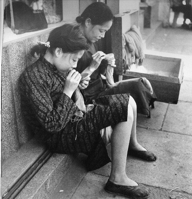 1948年5月,绣花的母女 (In May 1948, embroidered mother and daughter)