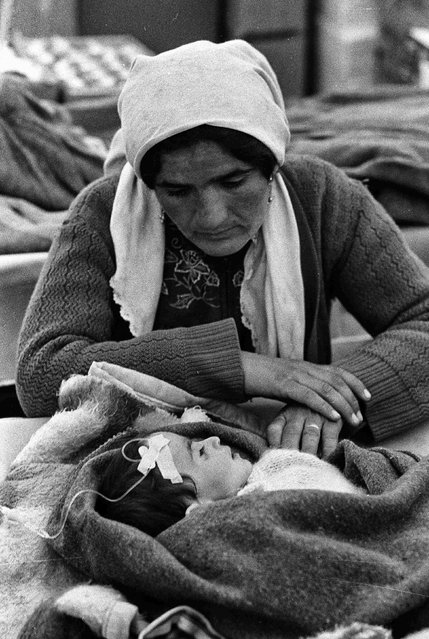 An Iraqi Kurdish woman sits with her child in the medical treatment tent in Cukurca refugee camp in Turkey April 8, 1991. (Photo by Srdjan Zivulovic/Reuters)