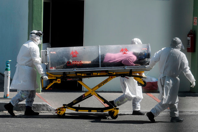 Paramedics move a patient suspected of being infected with the novel coronavirus into the 22 Battalion of the Military Police Hospital, in Mexico City, on December 30, 2020. Mexico has registered more than 124,000 coronavirus deaths – the world's fourth-highest toll after the United States, Brazil and India. (Photo by Pedro Pardo/AFP Photo)
