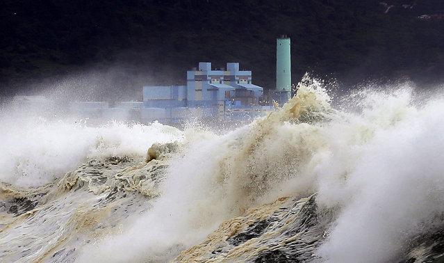 High waves begin to hit the coast Jeju Island, South Korea, 22 August 2018, as the powerful Typhoon Soulik gradually approaches the Korean Peninsula. (Photo by EPA/EFE/Yonhap)