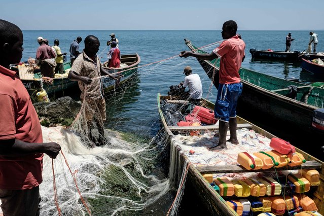 A picture taken on October 5, 2018, shows fishermen preparing their nets on Migingo island which is densely populated by residents fishing mainly for Nile perch in Lake Victoria on the border of Uganda and Kenya. (Photo by Yasuyoshi Chiba/AFP Photo)