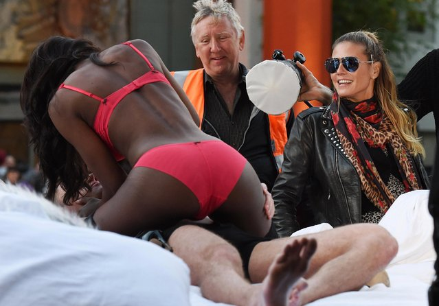 """Heidi Klum direct a photoshoot for """"Germany's Next Top Model"""" on set filming on Hollywood Boulevard, Los Angeles, USA on January 25, 2017. (Photo by Splash News and Picture)"""
