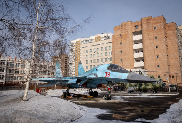 A Sukhoi military jet SU-34 is seen in a yard in Moscow on March 15, 2019. (Photo by Yuri Kadobnov/AFP Photo)