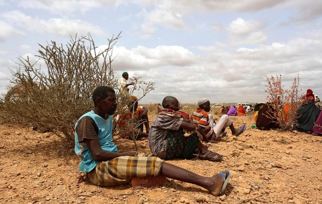 Internally displaced people who fled flooding of the overflowed Shabelle river wait to receive relief assistance near Baledweyne town in central Somalia, June 22, 2016. (Photo by Feisal Omar/Reuters)