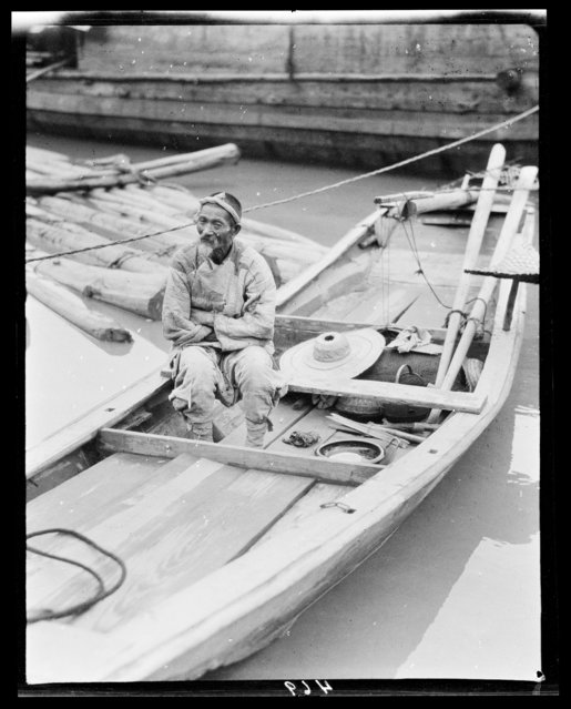 Ferryman. China, Chongqing, 1917-1919. (Photo by Sidney David Gamble)