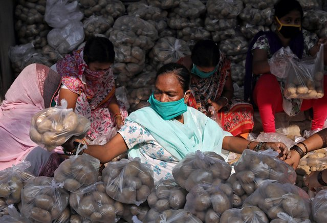 Volunteers pack potatoes to be distributed among poor people during a 21-day nationwide lockdown to slow the spreading of the coronavirus disease (COVID-19), at a residential area in Kolkata, India, April 2, 2020. (Photo by Rupak De Chowdhuri/Reuters)
