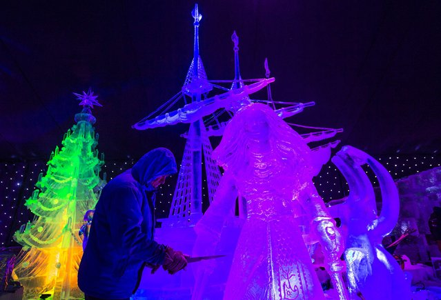 Sculptor Jiri Genzer of the Czech Republic carves an ice sculpture at the Disney Dreams Ice Festival in Antwerp November 27, 2014. (Photo by Yves Herman/Reuters)