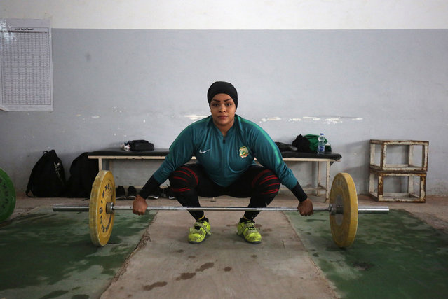 Huda Salem, a 20-year-old member of the Iraqi national weightlifting team, lifts weights as she trains at a gym in Baghdad, Iraq on February 22, 2018. (Photo by Ahmad al-Rubaye/AFP Photo)