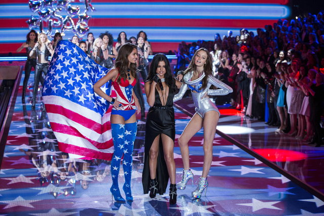 Singer Selena Gomez performs next to models during the 2015 Victoria's Secret Fashion Show in New York, November 10, 2015. (Photo by Lucas Jackson/Reuters)