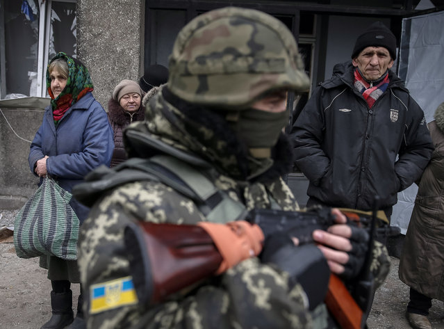 Local residents wait to board a bus to flee the conflict in Debaltseve, eastern Ukraine, February 5, 2015. (Photo by Gleb Garanich/Reuters)