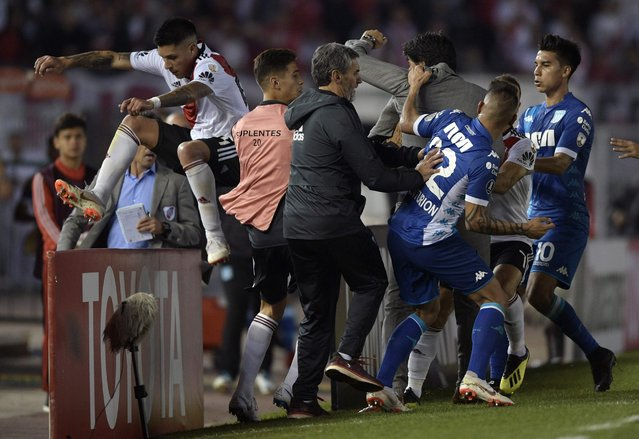 Argentina's Racing Club forward Ricardo Centurion (22) fights with Argentina's River Plate midfielder Enzo Perez (L) before being sent off by Paraguayan referee Mario Diaz (not in frame) during their Copa Libertadores 2018 round of sixteen second leg football match at the Monumental stadium in Buenos Aires, Argentina, on August 29, 2018. (Photo by Juan Mabromata/AFP Photo)