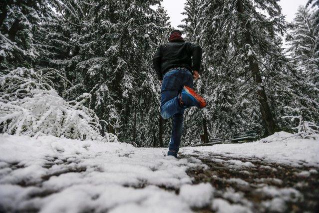 A man runs on a snow covered path in Gnadenwald, Austria, April 27, 2016. (Photo by Dominic Ebenbichler/Reuters)