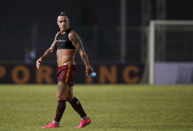 AS Roma's Radja Nainggolan leaves the pitch following an intra-team exhibition match at Gelora Bung Karno stadium in Jakarta, Indonesia July 25, 2015. Roma are on the final leg of their pre-season tour after taking part in the International Champions Cup tournament in Australia, where they beat Real Madrid in a shootout and lost to Manchester City in the same manner. (Photo by Darren Whiteside/Reuters)
