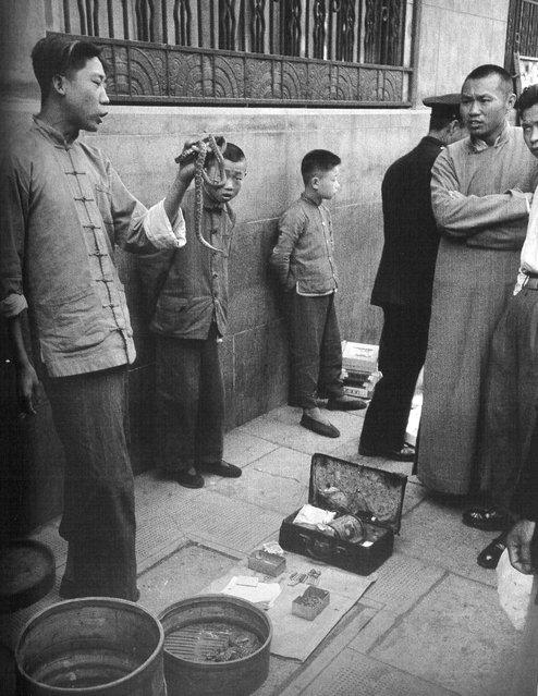 1948年5月,贩卖蛇和蛇药的小贩 (In May 1948, hawkers selling snakes and snake medicine)