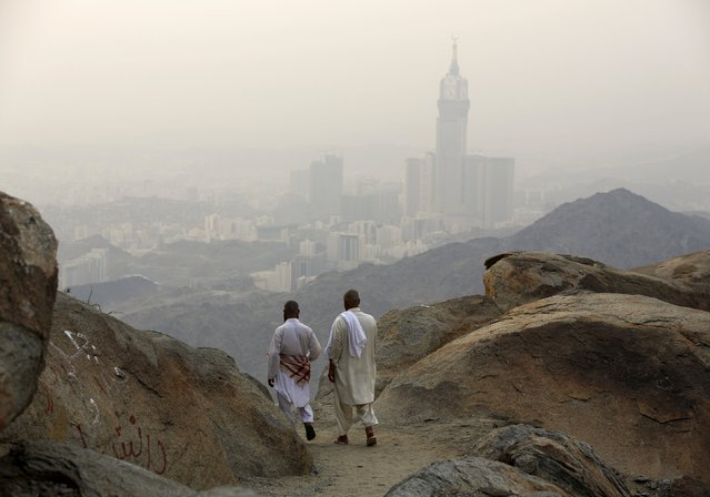 Muslim pilgrims walk down after visiting Mount Thor in the holy city of Mecca ahead of the annual haj pilgrimage September 19, 2015. (Photo by Ahmad Masood/Reuters)