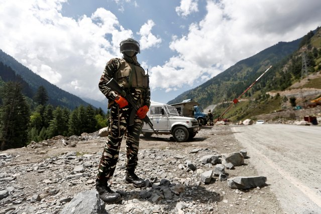 An Indian Central Reserve Police Force (CRPF) personnel stands guard at a checkpoint along a highway leading to Ladakh, at Gagangeer in Kashmir's Ganderbal district on September 2, 2020. (Photo by Danish Ismail/Reuters)