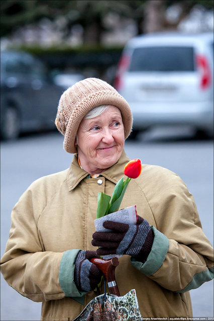To the woman presented a flower in Sevastopol, Russia, on March 8, 2013. Activists presented this day on the street free 155 tulips to women. (Photo by  Sergey Anashkevitch)