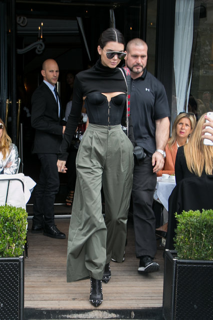 """Kendall Jenner leaves the """"L'Avenue"""" restaurant on October 2, 2016 in Paris, France. (Photo by Marc Piasecki/GC Images)"""