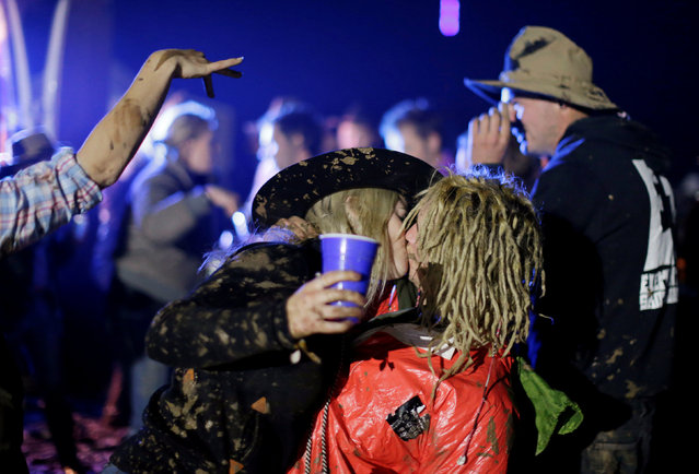 A couple kiss on the final night of the Deni Ute Muster in Deniliquin, New South Wales, Australia, October 1, 2016. (Photo by Jason Reed/Reuters)