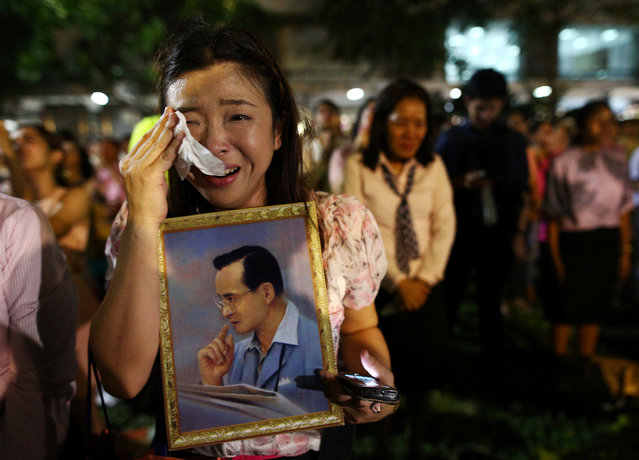 A woman weeps after an announcement that Thailand's King Bhumibol Adulyadej has died, at the Siriraj hospital in Bangkok, Thailand, October 13, 2016. (Photo by Athit Perawongmetha/Reuters)