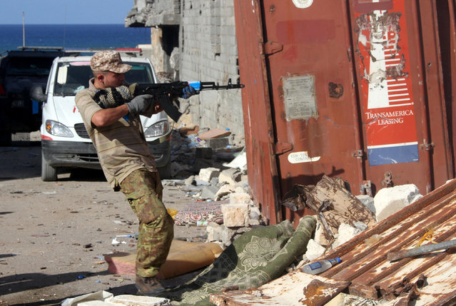 A fighter of Libyan forces allied with the U.N.-backed government aims his weapon during a battle with Islamic State militants in Ghiza Bahriya district in Sirte, Libya October 31, 2016. (Photo by Hani Amara/Reuters)
