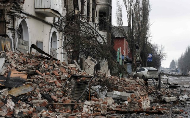 A building destroyed during battles with the Ukrainian armed forces is seen in Vuhlehirsk, Donetsk region February 6, 2015. (Photo by Maxim Shemetov/Reuters)