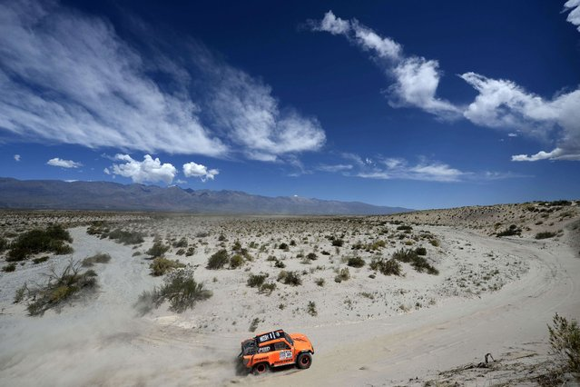 Hummer driver Robby Gordon and co-driver Kellon Walch compete during the Stage 5 of the Dakar 2014 between Chilecito and Tucuman, Argentina, on January 09, 2014. (Photo by Franck Fife/AFP Photo)