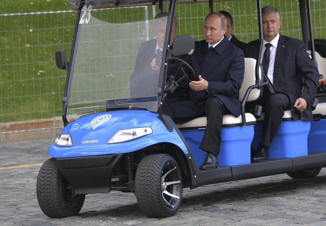 Russian President Vladimir Putin, 2nd right, and Moscow Mayor Sergei Sobyanin arrive to visit the Zaryadye Park in Moscow, Russia, Saturday, September 09, 2017. (Photo by Alexei Druzhinin, Sputnik, Kremlin Pool Photo via AP Photo)