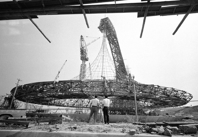 Under construction at the Expo 70 site at Osaka, Japan on October 1, 1969, is the Australian pavilion which will feature a giant cantilever rising gracefully from the ground to a weight of 127 feet. It will culminate in a sky hook from which will be suspended a circular free-hanging roof about 165 feet on diameter. (Photo by Mitsunori Chigita/AP Photo)
