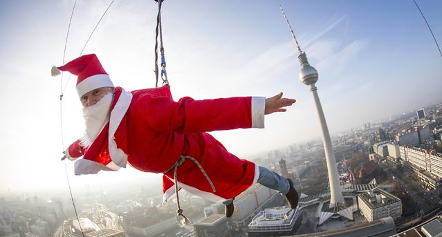 A man dressed as Santa Claus poses during a base flying event in downtown in Berlin December 6, 2014. (Photo by Hannibal Hanschke/Reuters)