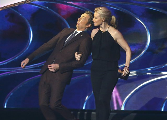 Presenters Dax Shepard and Monica Potter take the stage during the 2015 People's Choice Awards in Los Angeles, California January 7, 2015. (Photo by Mario Anzuoni/Reuters)