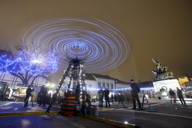 A general view shows a spinning ferris wheel set up at the Dobo square in Eger, 127 kms northeast of Budapest, Hungary, 05 December 2015. (Photo by Peter Komka/EPA)