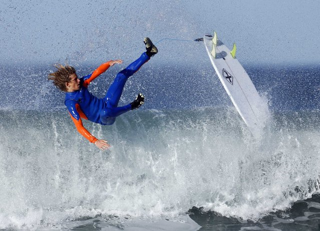 Surfer Cole Clisby falls while taking part in his surf P.E. class for his high school in Cardiff, California February 12, 2015. (Photo by Mike Blake/Reuters)