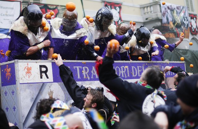 Members of rival teams fight with oranges during an annual carnival battle in the northern Italian town of Ivrea February 15, 2015. (Photo by Max Rossi/Reuters)