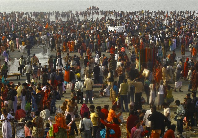 "Hindu pilgrims gather to offer prayers at the confluence of the river Ganges and the Bay of Bengal on the occasion of ""Makar Sankranti"" festival at Sagar Island, south of Kolkata, India, January 15, 2016. (Photo by Rupak De Chowdhuri/Reuters)"