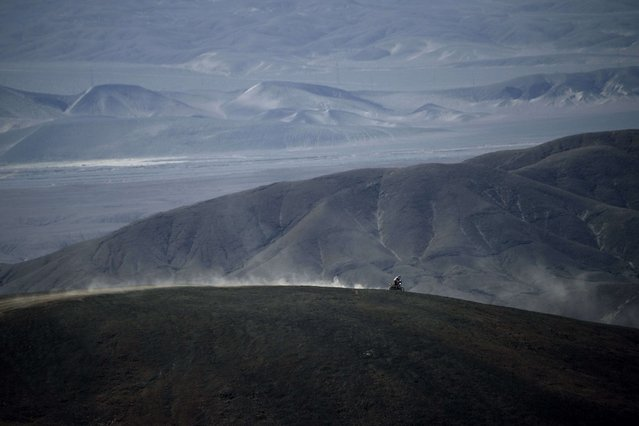 A biker competes in the Dakar 2014 Stage 11 between Antofagasta and El Salvador, on January 16, 2014. (Photo by Franck Fife/AFP Photo)