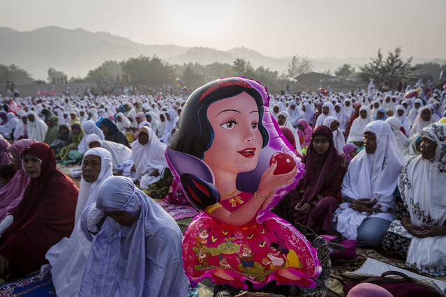 Indonesian muslims women attend Eid Al-Fitr prayer on 'sea of sands' at Parangkusumo beach on July 17, 2015 in Yogyakarta, Indonesia. (Photo by Ulet Ifansasti/Getty Images)