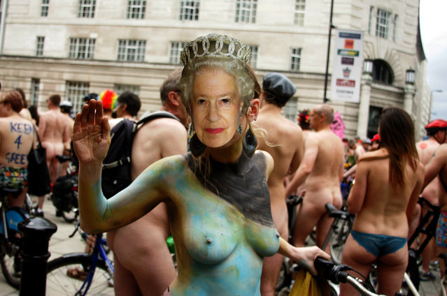 Cycling activists take part in the annual World Naked Bike Ride in central London. The cyclists rode naked to protest against oil dependency and car culture, while raising awareness of cycling as an environmentally friendly option. (Photo by Stephen Chung/PA Images)