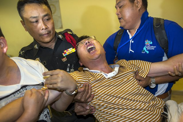 """Chinese national Gao Yu Ping, who lost his wife and daughter in Monday's deadly blast, cries at the Institute of Forensic Medicine in Bangkok, Thailand, August 20, 2015. Thailand's ruling junta on Thursday said a deadly bomb attack at a religious shrine in Bangkok was """"unlikely"""" to be the work of international terrorists, adding that the attack was not specifically targeted at Chinese tourists. (Photo by Athit Perawongmetha/Reuters)"""