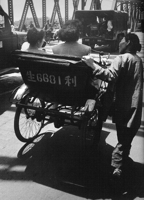 1948年5月,在外百渡桥上乞讨的女人 (In May 1948, outside the woman begging in the one hundred Bridge)