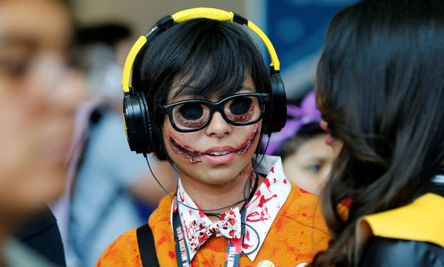 Lauren Lim chats with her friend as she attends the pop culture event Comic-Con International in San Diego, California, United States July 22, 2016. (Photo by Mike Blake/Reuters)