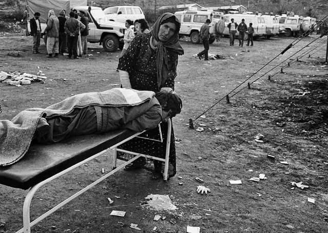 Iraqi Kurdish refugees wait for medical treatment in Cukurca refugee camp in Turkey April 8, 1991. (Photo by Srdjan Zivulovic/Reuters)
