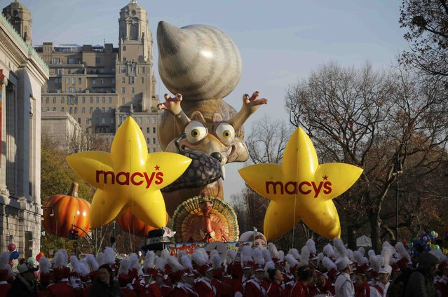 Floats gather on Central Park West prior to start of the 89th Macy's Thanksgiving Day Parade in the Manhattan borough of New York November 26, 2015. (Photo by Andrew Kelly/Reuters)