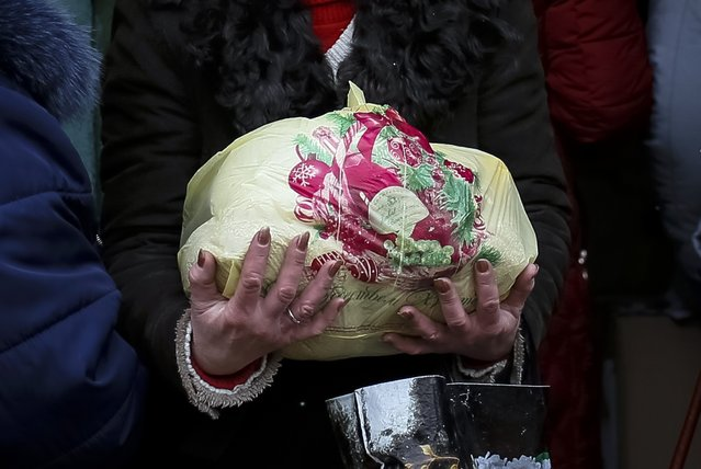 A refugee from eastern Ukraine carries a bag of food donated to a volunteer centre in Slaviansk February 7, 2015. (Photo by Gleb Garanich/Reuters)