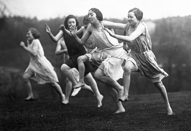 Girls of University of Cincinnati Stage Grecian Games on April 29, 1921. Garbed in costumes of ancient Greece, fair students of the University of Cincinnati, Ohio arranged a set of Grecian Games for the benefit of the University athletic fund. All of the girl students of the University, who take a great interest in outdoor games and athletics, took part in the games. The fund was greatly increased through the staging of the unique attraction and the girls purpose to give a return engagement. The accompanying photographs show the girl contestants in their Grecian costumes. Photo shows the start of the 100 yard dash. (Photo by Bettmann Archive/Getty Images)