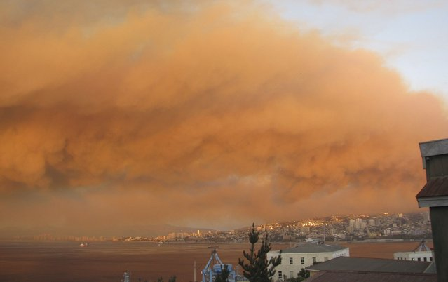 Smoke from a forest fire is seen in Valparaiso city, northwest of Santiago, March 13, 2015. (Photo by Constanza Arias/Reuters)